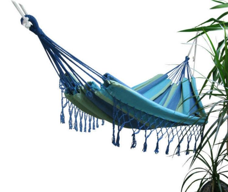 hänge-matte-schick-in-blau-mit-polster-streifen