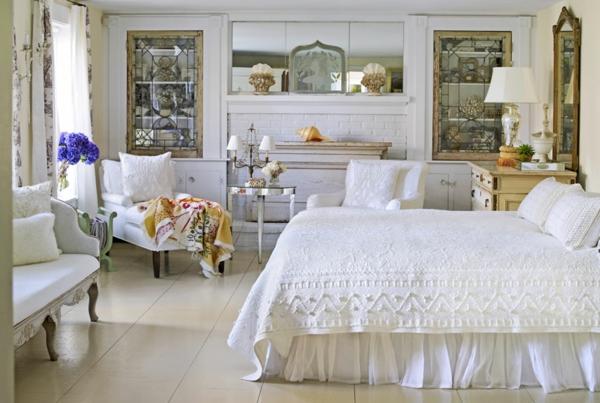 schlafzimmer imlandhausstil - weißer sessel und spiegel an der wand