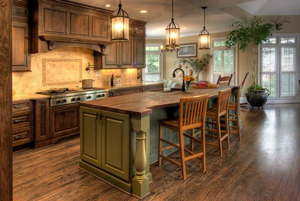 landhausdekoration - hölzerne barstühle in der großen küche