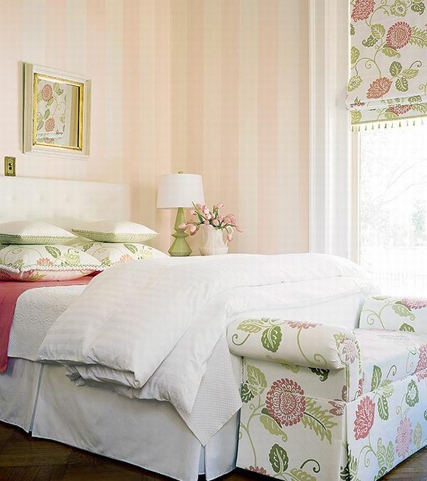 schlafzimmer imlandhausstil - rosige tapete und helle jalousien