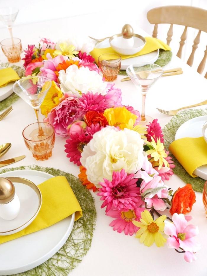 frühling deko tisch gesteck, tischläufer aus frischen blumen, farbenfrohe osterdeko