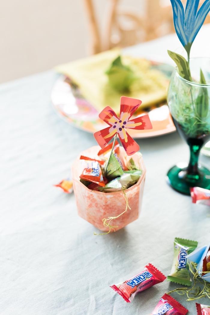 frühling deko tisch gesteck, kunstblume aus papier, schale mit bonbons, ostergeschenke