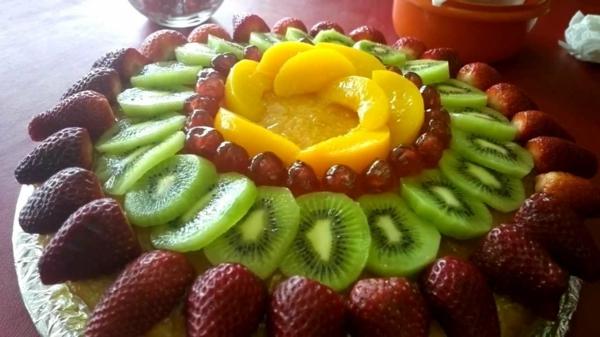 exotischesobst dekoration - leckere torte mit früchten darauf