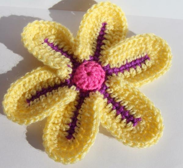 blümchen häkeln - gelbe schöne blume in lila und gelb
