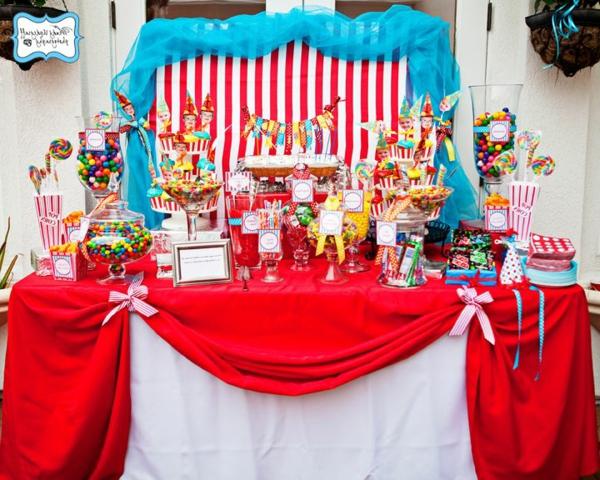 geburtstagsparty-mit-schöner-tischdeko-party-deko-rote-tischdecke