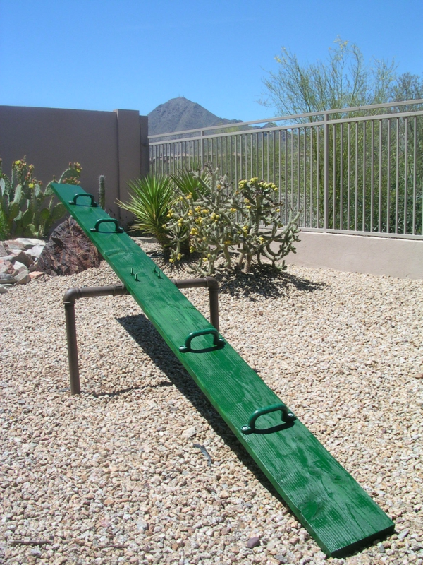 grüne-wippen-aus-holz-garten-gestalten-spielgeräte-garten