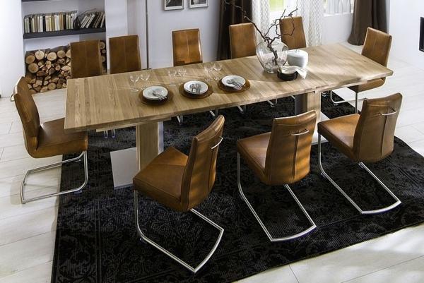 großer-praktischer-esstisch-im-vintage-stil-mit-toll-aussehenden-stühlen
