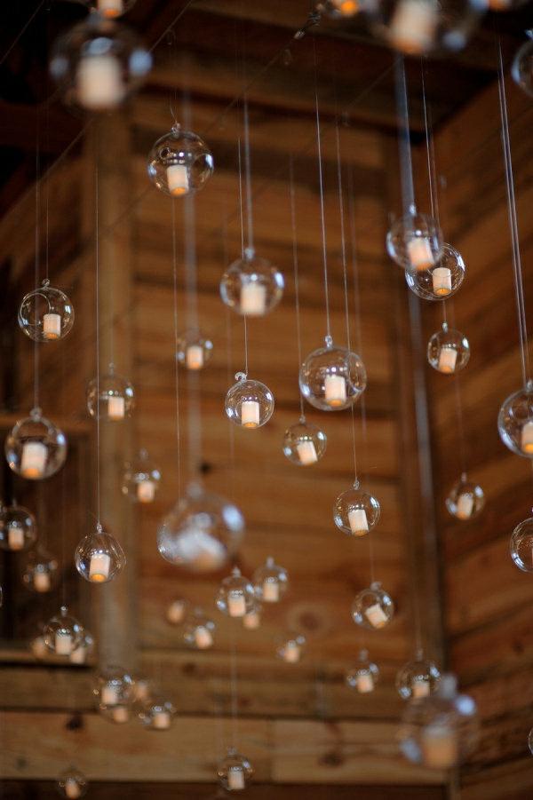 hängende-kugeln-aus-glas-mit-kleinen-teekerzen-drinnen