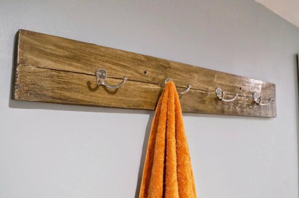 hölzerner-handtuchhalter-ideen-für-die-einrichtung-des-badezimmers