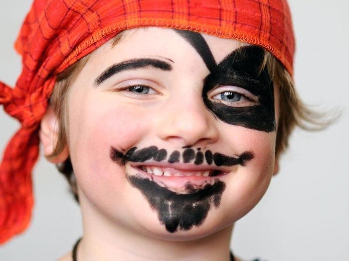 Kinder schminken für Halloween, Augenklappe und Bart mit schwarzer Farbe malen, rotes Kopftuch