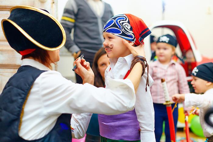 Kinder als Piraten schminken für Halloween, Schnurrhaare mit brauner Farbe malen