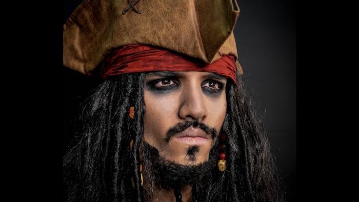 Halloween Make up für Herren, Jack Sparrow Make up, Piratenkopf mit rotem Kopftuch, Perücke mit Holzperlen