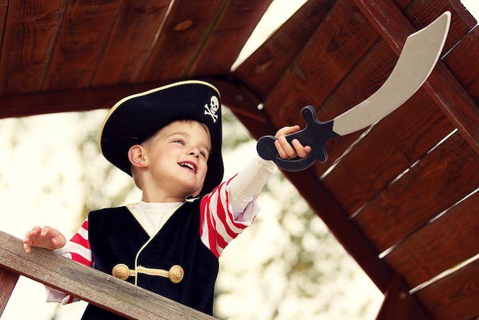 Halloween Kostüm für Kinder, Piratenkostüm mit Säbel, Piratenhut mit Totenkopf