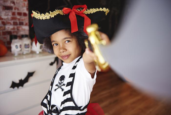 Halloween Kostüm Ideen für Kinder, Piratenkostüm mit großem Piratenhut und Säbel, Shirt mit Totenkopf