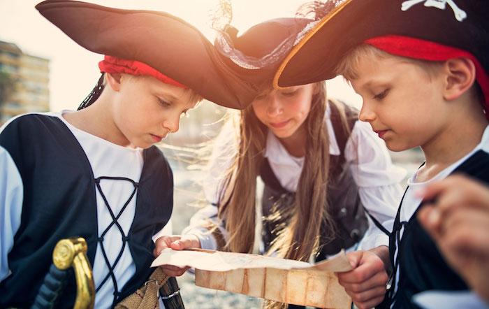 Piratenkostüme für Kinder, sich als Pirat verkleiden für Halloween, Karte für Piratenschatz