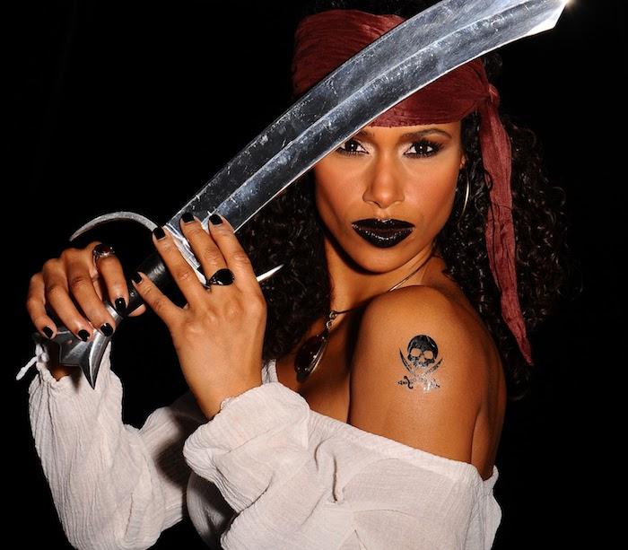 Piratenkostüm und Make up für Frauen, schwarzer Lippenstift und Totenkopf Tattoo am Schulter, Säbel und rotes Kopftuch