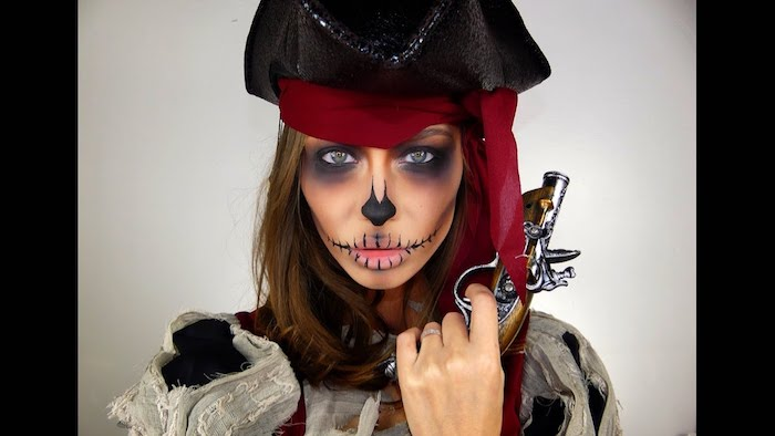 Halloween Make up für Frauen, Pirat schminken, Smokey Eyes, Nase schwarz ausmalen, Nähme auf Mund malen