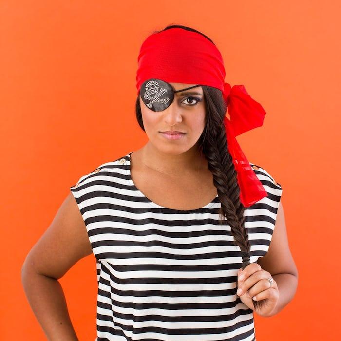DIY Piratenkostüm für Frauen, gestreiftes Shirt in Schwarz und Weiß, rotes Kopftuch, schwarze Augenklappe mit Totenkopf