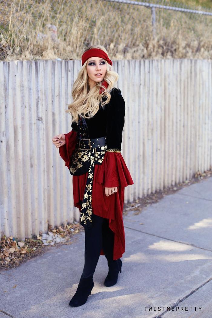 Piratenkostüm für Frauen in Rot und Schwarz mit goldenen Elementen, offene blonde gewellte Haare