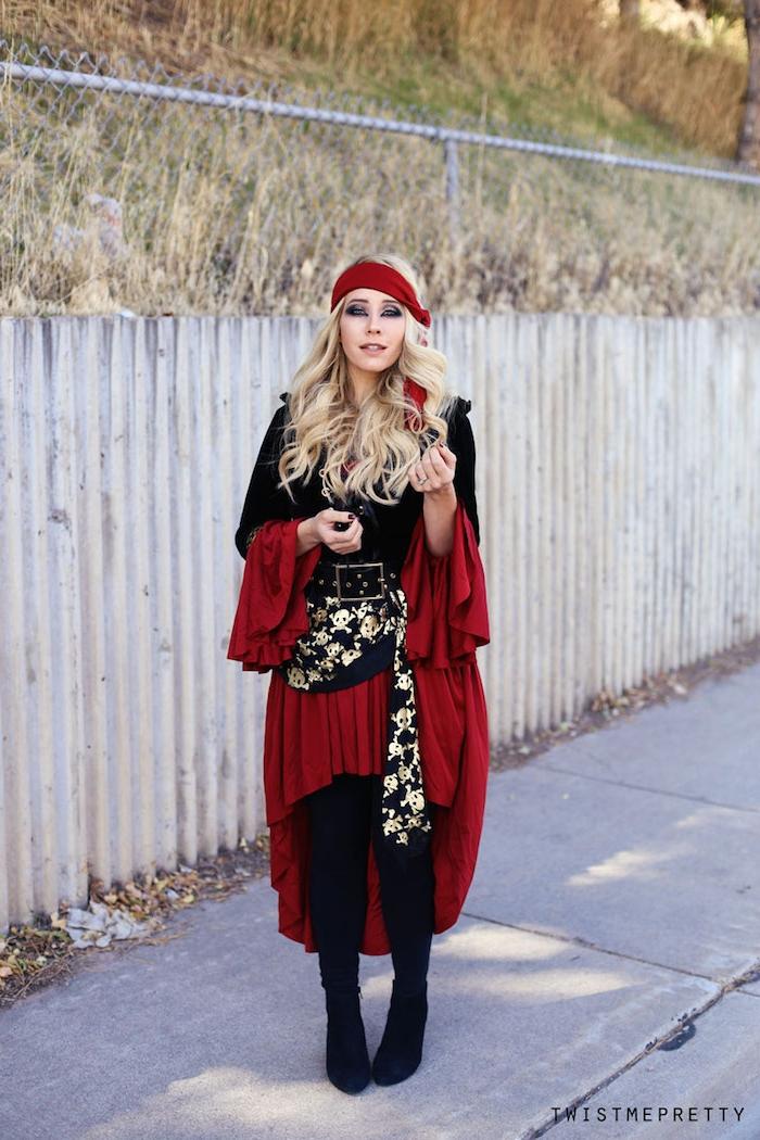 Halloween Piratenkostüm für Frauen in Rot und Schwarz, Smokey Eyes, gewellte Haare mit Bandana