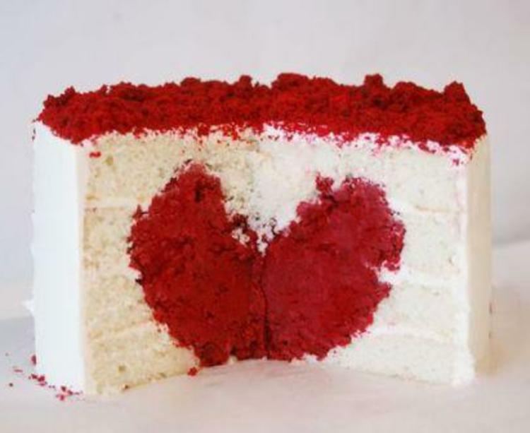 valentinstags-torte-mit-herz-weiß-rot-süß-lecker-besondere-momente
