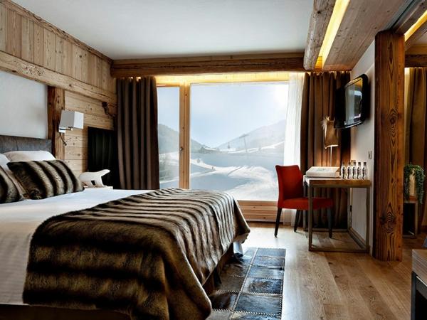 schlafzimmer imlandhausstil - indirekte beleuchtung und glaswand