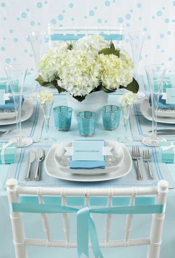 hellblau-tischdeko-in-weiß-und-blau-ideen-für-tischgestaltung