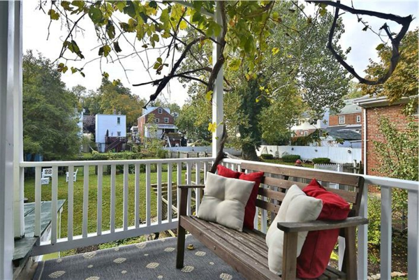 holzbank-balkonmöbel-balkon-verschönern-balkon-deko-ideen-balkon-gestalten-