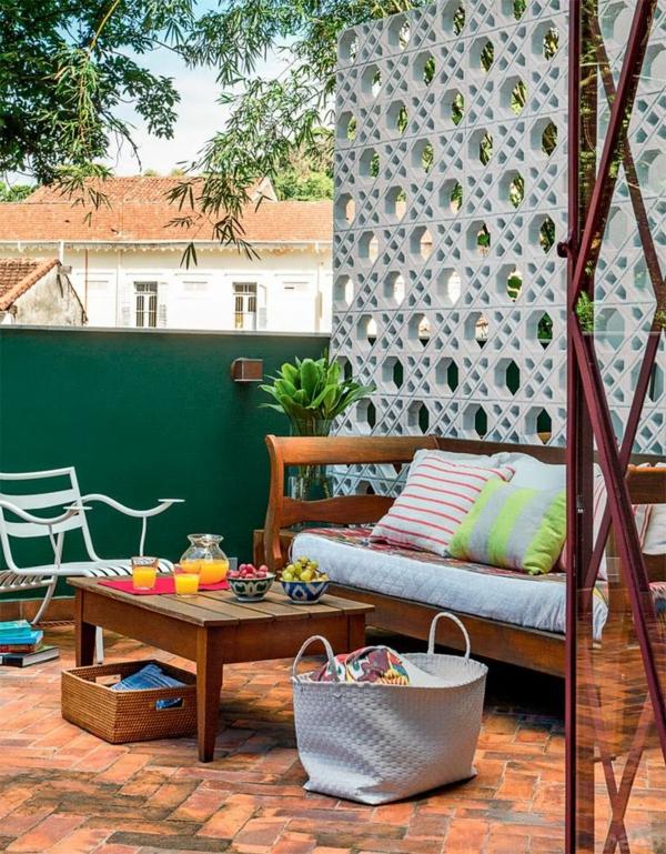 holzbank-moderne-balkonmöbel-balkon-ideen-für-draußen-balkon-gestaltung