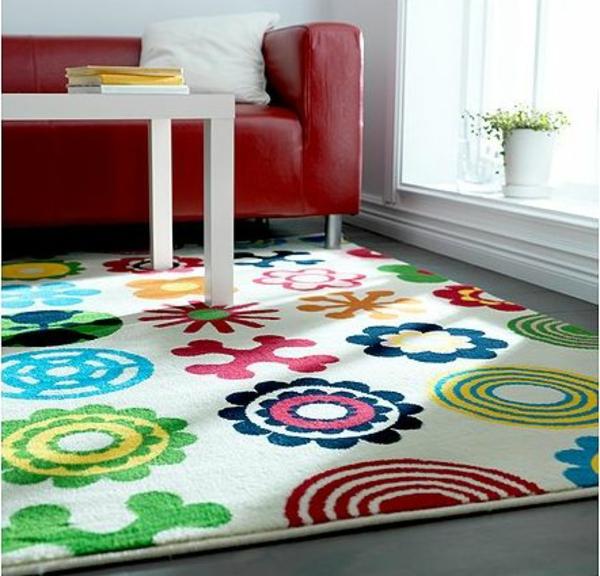 Teppich in bunten Farben - neben einem roten ledersofa