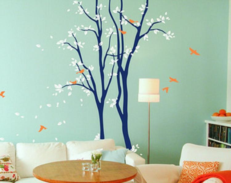 bäume-in-dunkel-blau-türkis-blaue-wand-vögel-in-orange-schick-edel-besonders-weiße-bläter-besonders-akzente-hingucker