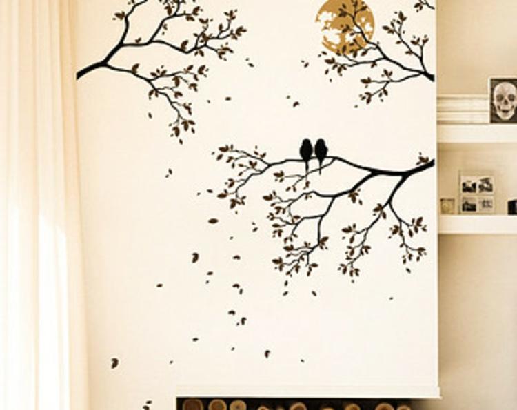 baum-äste-wand-dekoration-mit-vögel-in-schwarz-auf-kreme-weiße-wand-schick-edel-besonders-modern