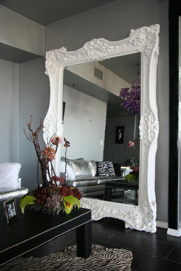 barockspiegel - großes eckiges modell in weiß - dekorative zweige auf dem tisch daneben
