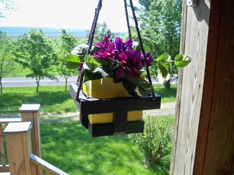schlicht-schick-besonders-modern-edel-kübelpflanze-entlang-der-Veranda