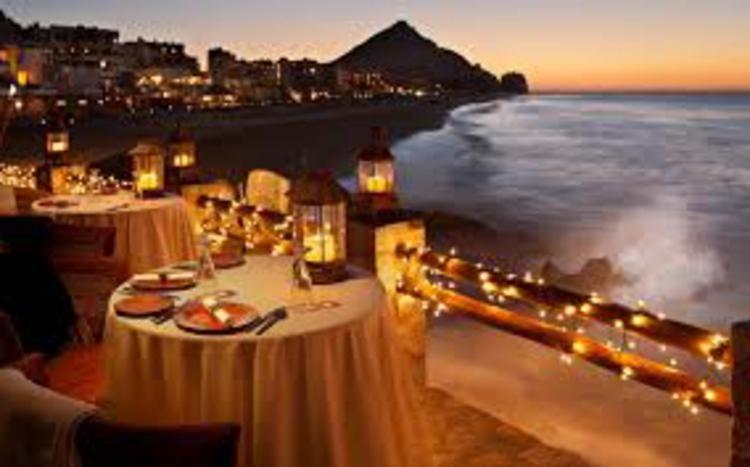romantisch-tisch-für-zwei-am-strand-süß-gemütlich-besonders-beleuchtet-kirzen-edel