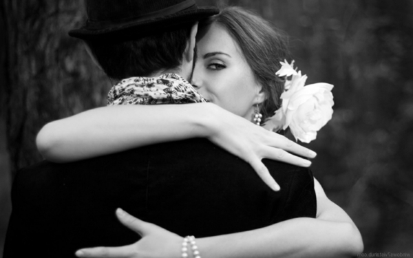 romantischeliebe inspiration - eine schöne frau umarmt einen mann