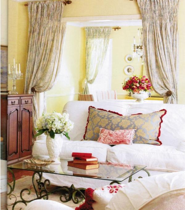 landhaus dekoration - großes eckiges kissen auf der couch