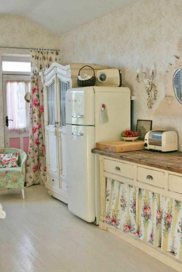 interessante-weiße-möbelstücke-in-einer-gemütlichen-vintage-küche