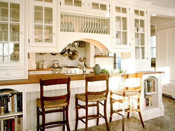 landhaus dekoration - drei barhocker aus holz in der weißen küche