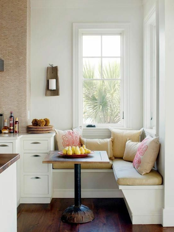 interior-design-ideen--weiße-sitzbank-holz-im-esszimmer