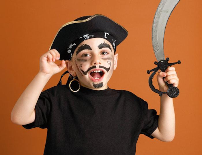 Kinder schminken für Halloween, Junge mit Piraten Make up, Schnurrhaare Bart und Augenbrauen mit schwarzer Farbe malen
