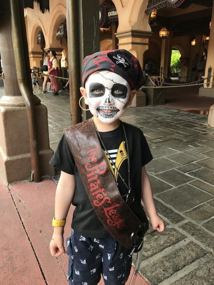 Piratenkostüm für Halloween, als Zombie Pirat schminken, Schminkideen für Kinder