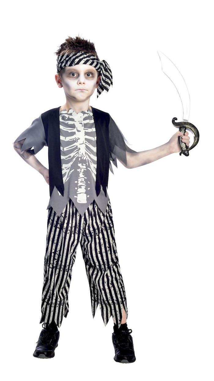 Halloween Piratenkostüm für Kinder, Zombie Make up, Säbel und Bandana, Shirt mit Skelett, gestreifte Hose