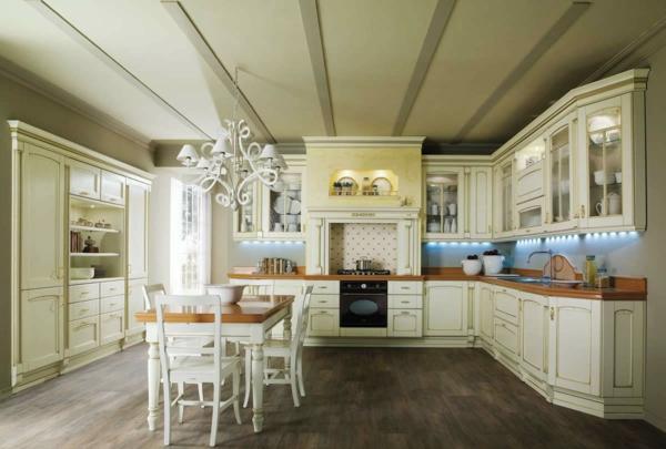 landhaus dekoration - eleganter weißer kronleuchter über dem esstisch