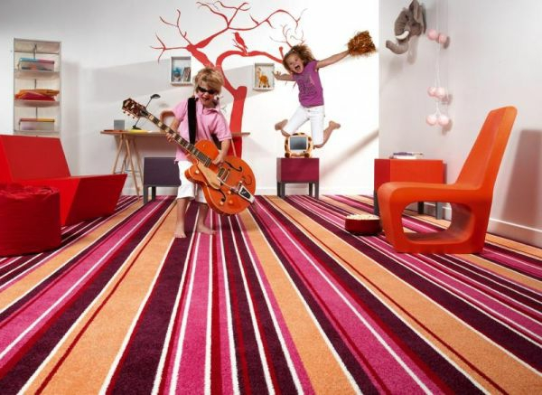Teppich in bunten Farben - zwei kinder spielen im zimmer