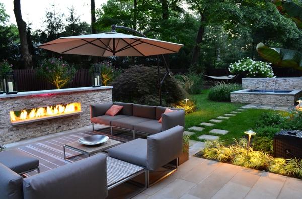 Holztisch Metallstühle Betonplatten Sichtschutz