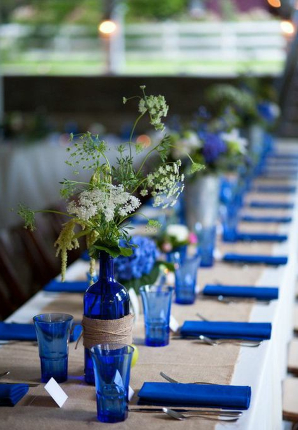 kreative-tischgestaltung-in-blau-und-weiß-tischdecke-