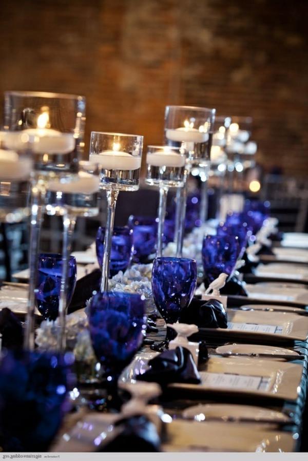kreative-tischgestaltung-in-blau-und-weiß-tischdecke-blaue-gläser