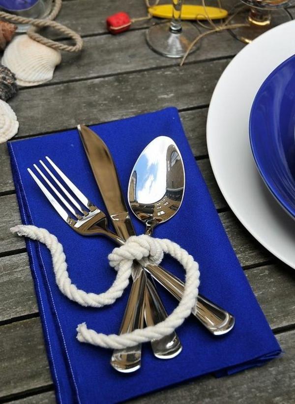 kreative-tischgestaltung-in-blau-und-weiß-tischdecke-blaue-serviette