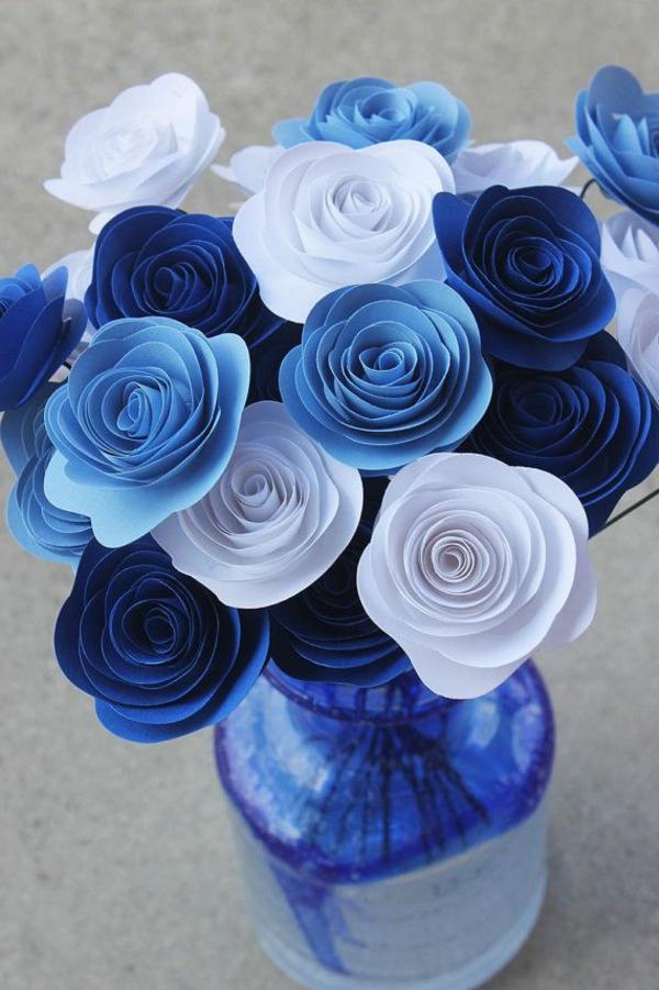 kreative-tischgestaltung-in-blau-und-weiß-tischdecke-papierblumen